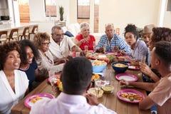 三一代坐在饭桌上的非裔美国人家庭一起庆祝,关闭  库存图片