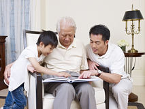 三一代家庭 库存照片