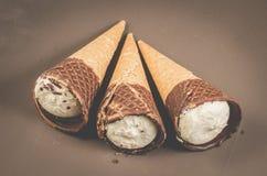 三与巧克力/三冰淇淋锥体的冰淇淋锥体用巧克力,顶视图 免版税库存照片