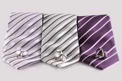 三与袖扣的领带 免版税库存图片