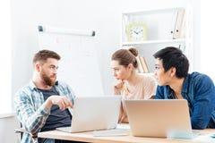 三严肃的买卖人开业务会议在办公室 图库摄影