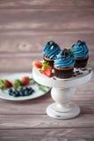 三个Ñ与蓝莓奶油的 upcake 免版税库存照片