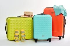 三个不同手提箱,夏天衣裳 库存图片