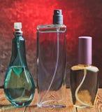 三个不同瓶在一个木架子的香水 图库摄影