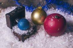 三个五颜六色的圣诞节中看不中用的物品 免版税库存照片