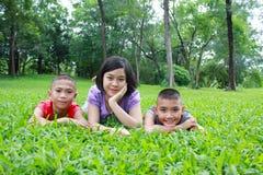 三个亚洲孩子有好时光在公园 库存图片