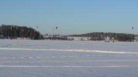 三个人冰航行冲浪的冬天湖kiteboarding的体育 影视素材