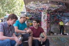 三个人咖啡闲谈 库存图片