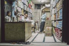 三个人在商店 免版税图库摄影