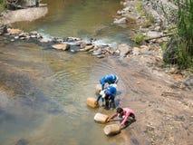 三个人填装的水到杰瑞里在河能 免版税库存照片