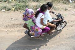 三个人没有盔甲的推进自行车 库存图片