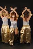 三个俏丽女孩跳舞 免版税库存照片
