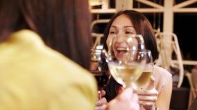 三个俏丽的女孩是与饮料的叮当声玻璃在酒吧 影视素材
