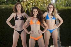 三个健身比基尼泳装女孩 免版税库存照片