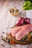 三个切片在木板材的未加工的猪肉 库存图片