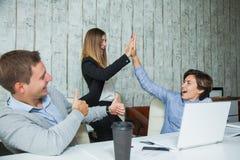 三个办公室工作者成功成就高的五目标 免版税库存图片