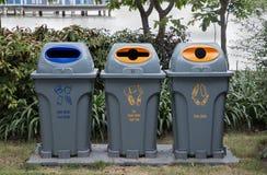 三个区别种类分离的塑料,罐头,从玻璃瓶的纸回收站 图库摄影