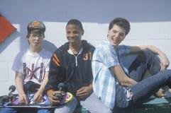 三个十几岁的男孩摆在为图片的在牛奶店女王/王后,奥蒂斯或者 库存照片