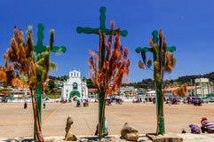 三个十字架、教会&广场, Chamula,墨西哥 库存照片