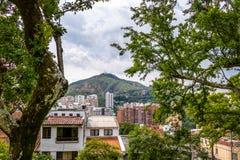 三个十字架塞罗de Las Tres Cruces和卡利城市小山视图-卡利,哥伦比亚 库存照片
