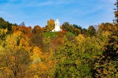 三个十字架小山的秋天视图在维尔纽斯历史的中心 免版税库存照片