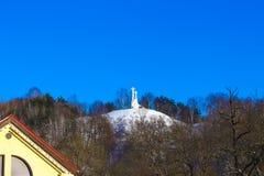 三个十字架的纪念碑在荒凉的小山的在黎明时间在维尔纽斯,立陶宛 图库摄影