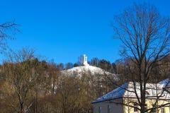 三个十字架的纪念碑在荒凉的小山的在黎明时间在维尔纽斯,立陶宛 免版税库存照片