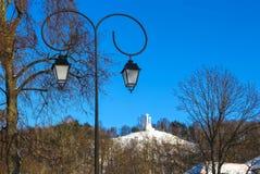 三个十字架的纪念碑在荒凉的小山的在黎明时间在维尔纽斯,立陶宛 免版税库存图片