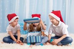 三个可爱的孩子,学龄前孩子,兄弟姐妹,获得乐趣fo 免版税库存照片