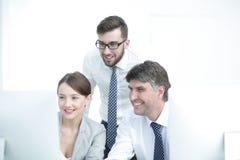 三个同事画象在工作场所 库存图片