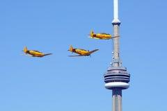 三个哈佛航空器由CN塔多伦多飞行 免版税库存图片