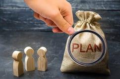 三个商人谈论费用和财务计划  放计划的金融投资和目标入行动 图库摄影