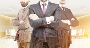 三个商务伙伴和城市 免版税图库摄影