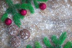 三个圣诞节蛋糕,冬天被雪包围住的木背景,红色b 免版税库存图片