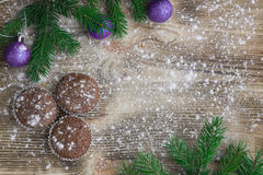 三个圣诞节蛋糕,冬天被雪包围住的木背景, purpl 库存照片