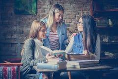 三个在家一起学会愉快的格栅的学生 库存图片