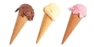三个在白色背景隔绝的五颜六色的冰淇淋锥体对角线 库存图片