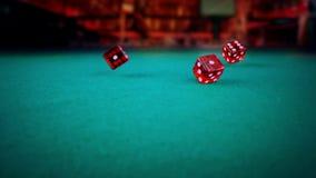 三个在绿色比赛赌博的桌上的红色模子辗压在轻的迪斯科,射击与慢动作,体育休闲休闲的概念 股票视频