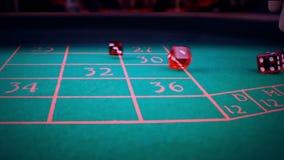 三个在绿色比赛赌博的桌上的红色模子辗压,射击与慢动作,体育休闲休闲比赛的概念 影视素材