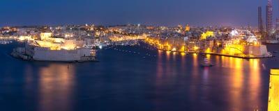 三个城市如被看见从瓦莱塔在晚上,马耳他 免版税库存图片