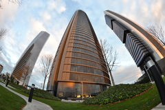 三个塔通过一全天相镜头,在微明,马德里,西班牙 免版税图库摄影
