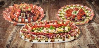 三个塞尔维亚传统受欢迎的开胃菜美味盘在老破裂的剥落的庭院表上显示的Meze的汇集 库存图片