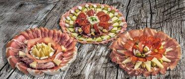三个塞尔维亚传统受欢迎的开胃菜美味盘在老破裂的木野餐桌上显示的Meze的汇集 免版税库存照片