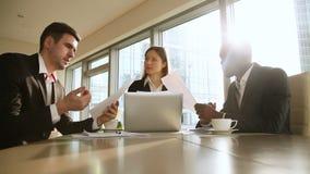 三个多文化商务伙伴握手在会议上,做协议合作 影视素材