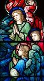 三个天使(祈祷)在彩色玻璃 免版税库存图片