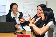 三个女商人微笑。 免版税库存照片