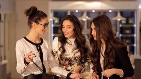 三个女孩互相表示在购物期间,他们买了 股票录像