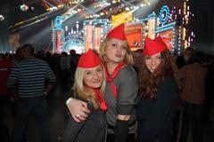 三个女孩在大厅里摆在并且微笑 免版税库存照片