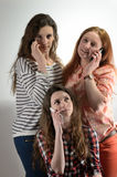 三个女孩在电话谈话 免版税库存图片