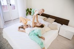三个女孩姐妹早晨在卧室 免版税库存图片